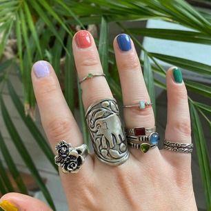Ringar från indiska, kumkum o mer. Alla ringar på sista bilden är silver (925). Alla är justerbara förutom de 3 ringarna på sista bilden som har stenar. Ringen längst till höger i bild 3 är från kumkum. Om du bara vill ha en ring går det också bra