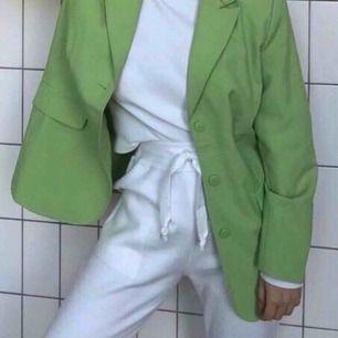 superfina kostymbyxor ifrån nelly! endast använd 1 gång! avklippta nertill (se sista bilden) så därav lägre pris. köparen står för frakt 📦 🥰