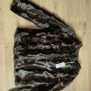 Suuuperfin fake-päls jacka i mörkbrun färg. Aldrig använd då jag köpte i fel storlek tyvärr, så den är i toppenskick! Jag köpte den för 999kr men säljer den för 400kr, frakt tillkommer om vi inte kan mötas upp i närheten av karlskoga😊