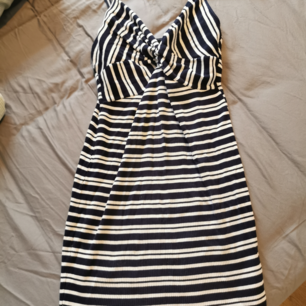 Jättefin, somrig klänning från Bik Bok i bra skick. Kan mötas upp i Stockholm eller frakta. Köparen står för frakten❣️