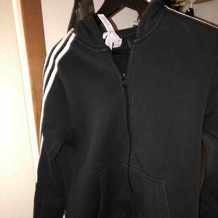 Adidas hoodie/zipp storlek 160 men kan passa ngn som har xs/s köparen står för frakten