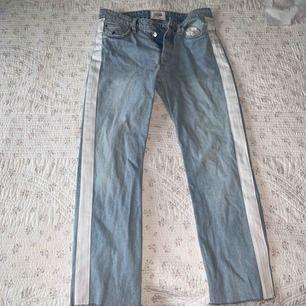 Straight leg jeans med vita ränder på sidorna. Ganska små i storleken!!!