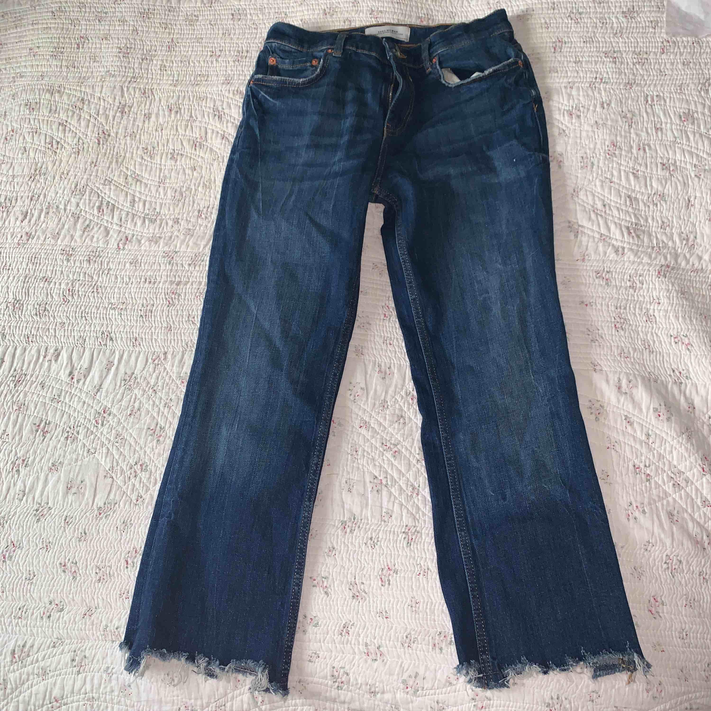 Cropped bootcut jeans ifrån Zara, sitter snyggt på och är rätt små i storleken . Jeans & Byxor.