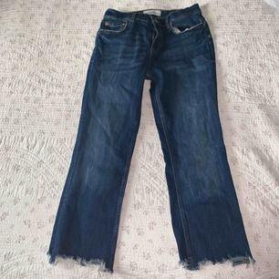 Cropped bootcut jeans ifrån Zara, sitter snyggt på och är rätt små i storleken