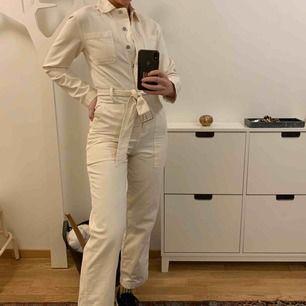 """(Frakt tillkommer)Sjukt snygg """"jumpsuit"""" från &otherstories köpt i Berlin. I snygg beige/gräddig färg i jeansmaterial. Köpte den smutsig längst ned. Har ej testat att tvätta, men fråga om bild så skickar jag! Annars stretchig och ursnygg. Nypris 999kr."""