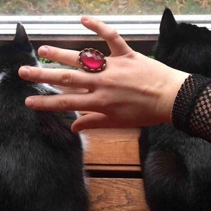 Superfin guldig och chunky ring med en klart rosa sten. Knappt använd då den inte passar riktigt bra på mina fingrar. Vid frakt står köparen för kostnaden 💌