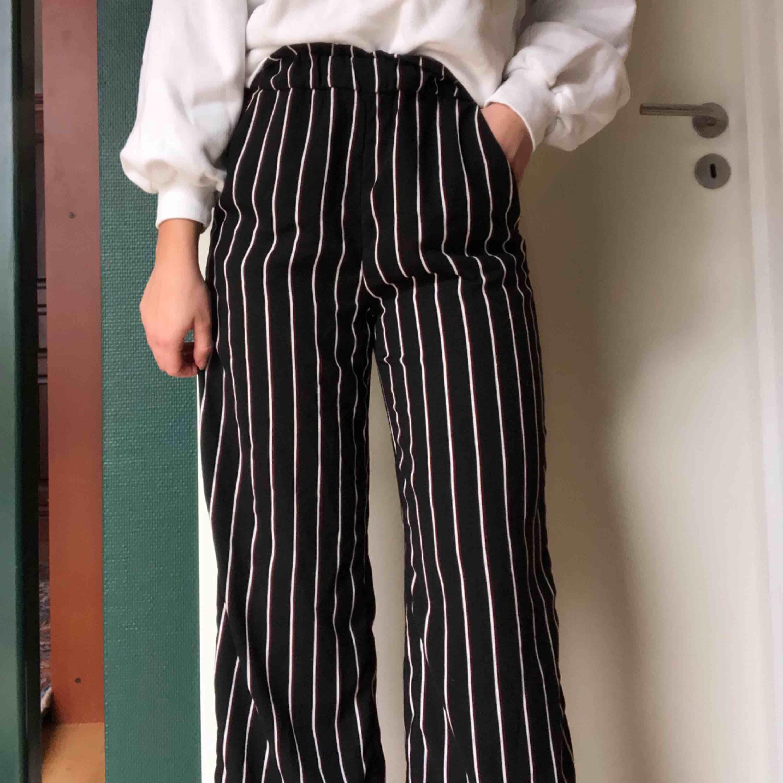Högmidjade byxor från hm i fint skick i färgen svart, vit och vinrött . Jeans & Byxor.