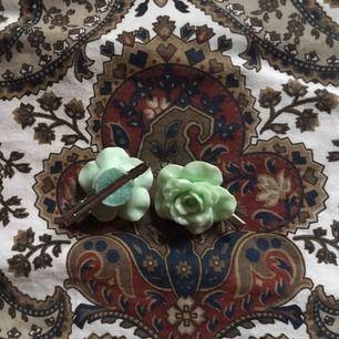 Hårklämmor med rosor på. Jättefint skick och de har knappt blivit använda. Säljer dom i ett pack så priset är för båda. Vid frakt står köparen för kostnaden 💌