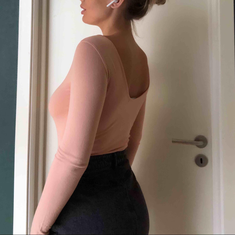 Superfin body från bikbok, knappt använd. (Obs: kjolen är oxå till salu, finns i ett annat inlägg) Säljer både kjolen och bodyn för 100kr tsm. . Toppar.