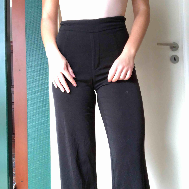 Väldigt bekväma kostymbyxor från bikbok. Tyvärr finns det ett fimpmärke på låret (därför till billigt pris) . Jeans & Byxor.