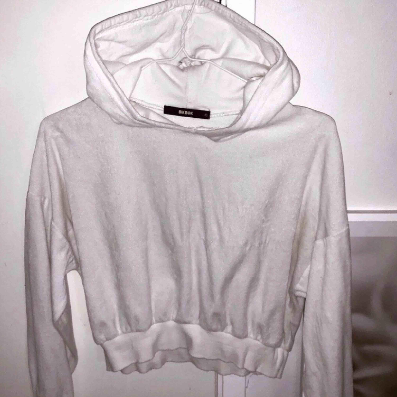 Mysig vit croppad hoodie i storlek XS. Huvtröjor & Träningströjor.