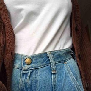 sjukt snygga jeans köpta på beyond retro men märket är wrangler. de har snygga sömmar som gör jeansen lite unika. har blivit för små för mig så säljer dom vidare. skriv om du har några frågor eller vill ha fler bilder