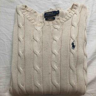 En jätte fin kabelstickad Ralph lauren tröja. Nypris 1200kr säljer för 199💗  jag har använt den endast 1 gång. den har några trådar som är lite svarta för att jag tvättade den i svart. Ingen extra fraktkostnad behövs betalas🥰