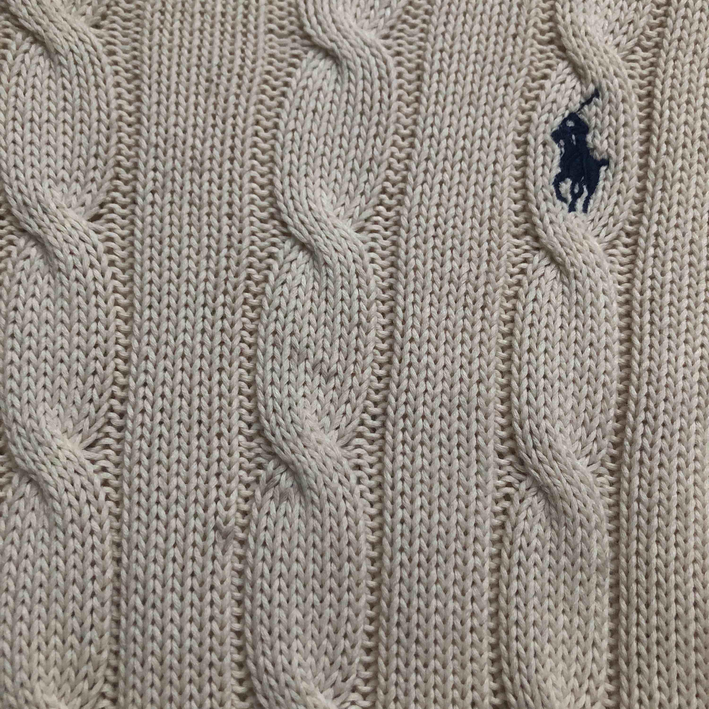 En jätte fin kabelstickad Ralph lauren tröja. Nypris 1200kr säljer för 199💗  jag har använt den endast 1 gång. den har några trådar som är lite svarta för att jag tvättade den i svart. Ingen extra fraktkostnad behövs betalas🥰. Stickat.
