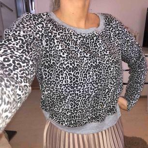 Grå och svart tröja med leopard print