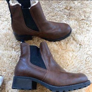 Snygga boots i ny skick! Använd 2 gånger Frakt tillkommer 105 kr