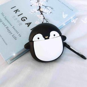 Världens sötaste AirPodsskal som ser ut som en knubbig pingvin!!! 🐧 Finns två pyttesmå fläckar ovanför ena ögat som knappt syns på nära håll. Skickar med fästet på bilden så den kan sättas fast i t.ex nyckelknippan 💘 Jag står för frakten! 💌