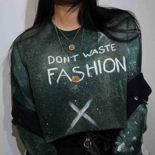 En cropad sweatshirt med blekna mönster och text  Omgjord tröja från: lager 157  Köparen står för frakt.