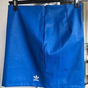 Blå kjol från Adidas i läderimitation.