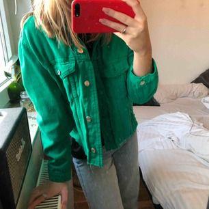 As ball grön jeansjacka som jag själv cropat genom att klippa. Fickorna funkar därav inte, då jag klippt igenom de men funkar att sy igen så de blir hela. Spårbar frakt (63kr) ingår i priset🥰