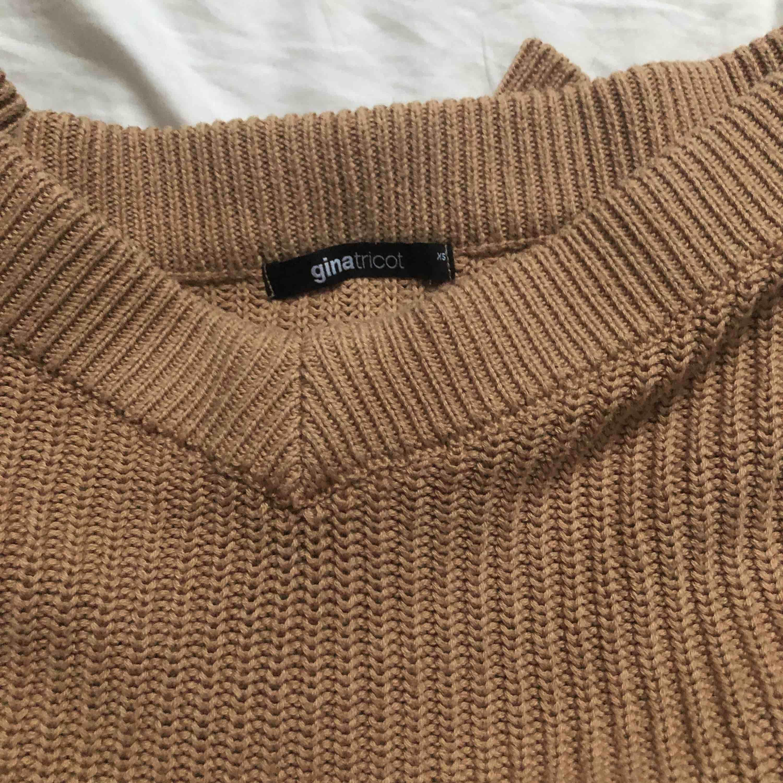 En fin stickad tröja ifrån gina❤️ köpte den för 299 säljer för 99. Sitter jätte fint och är både varm och skön. Stickat.