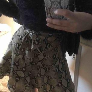 Kjol ifrån Zara i snakeprint/ormskinns mönster. Storlek XS, slutsåld och svinsnygg!! Frakt kostar 40kr