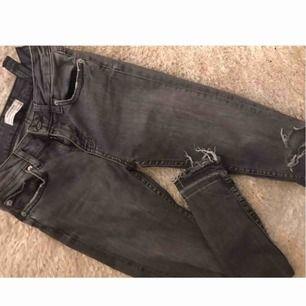 Gråa jeans ifrån ZARA, slitningar nedtill och på ett knä. Mellanhög midja, jätte mycekt strech!!