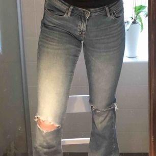 Fina blåa crocker jeans. 28 och low waist i midjan, 33 i längd. Har råkat slita av en av hällorna men är det bör vara lätt att laga. Kan skickas mot frakt eller mötas i Uppsala.