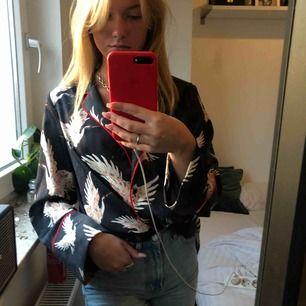"""Super snygg skjorta i """"silke"""" material ifrån h&m. Super snygg med en bralette under! Spårbar Frakt är inkluderad!🥰"""