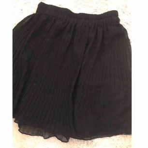 Plisserad kjol ifrån monki, storken 34. Frakt kostar 18kr