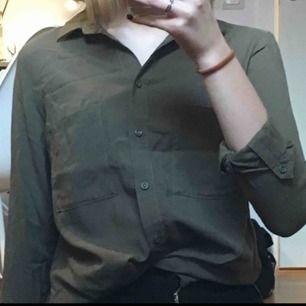 Militärgrön skjorta från H&M. Helt i nyskick!🥰