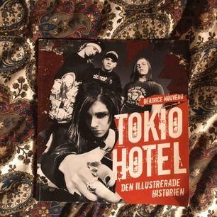 Perfekta samlarobjektet som alla (eller f.d) fans till tokio hotel borde känna till eller ha. Fullt med supercute bilder från början av deras kändisskap. Fint skick & vid frakt står köparen för kostnaden 💌