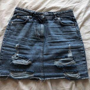 Jättefin kjol, stretchig med coola slitningar, köpt från madlady i somras! Tyvärr för liten  för mig:(. Helt oanvänd (endast testad). Köpt för 399 kr Frakten ligger på 40 kr ungefär