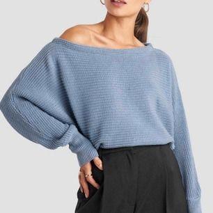 Ljusblå tröja ifrån na-kd som går lite över axeln, använd 2-3 gånger. Nypris 299kr