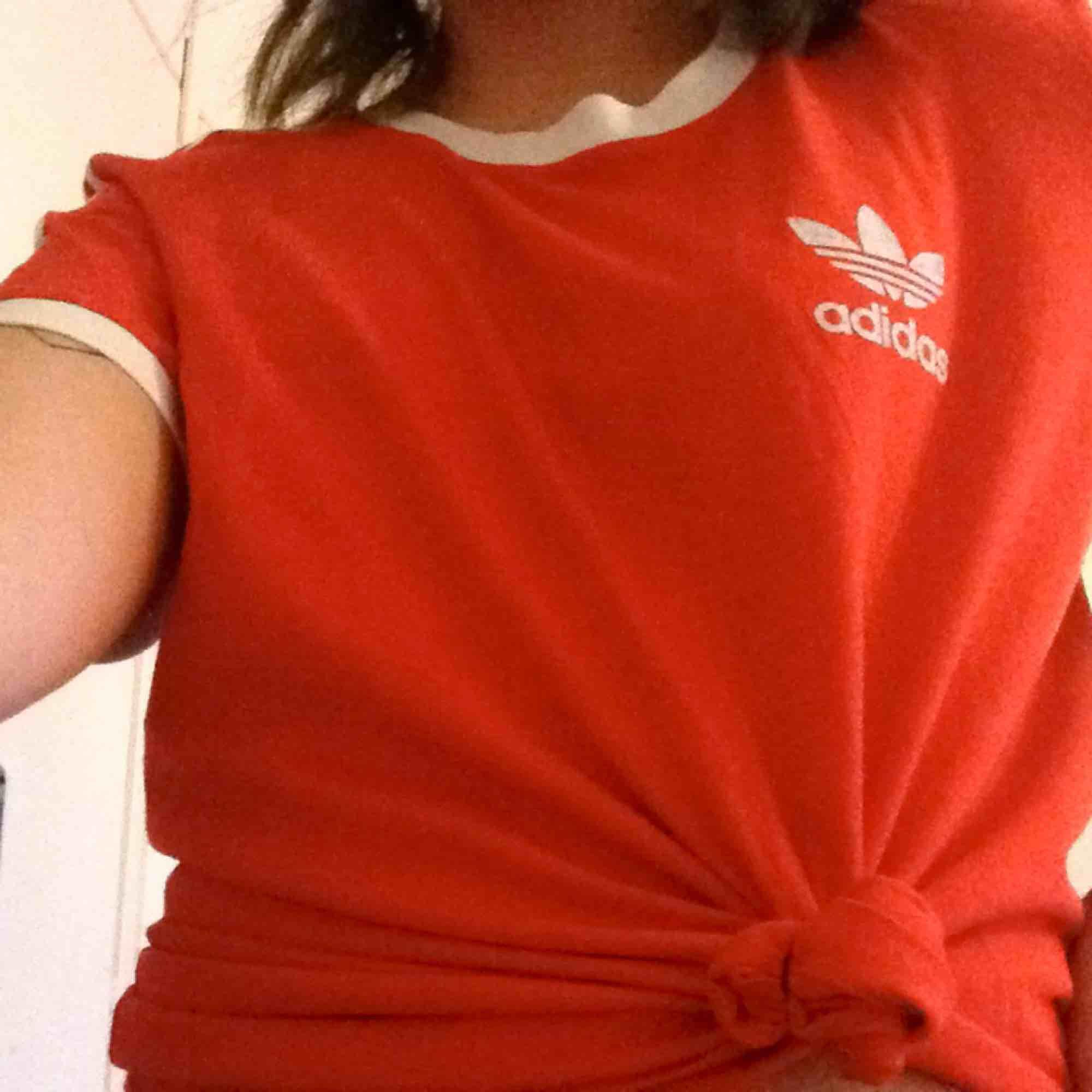 Fin T-shirt från adidas, använd ett fåtal gånger så i fint skick! Färgen är mest lik den på andra bilden. Frakt på 35kr tillkommer 🤩. T-shirts.