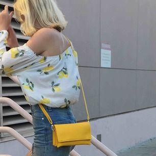 Gul väska från don donna, inte använd mer än 3 gånger, mkt fint skick!! justerbart band (se bild 1 och 3) !!köparen står för frakt!!