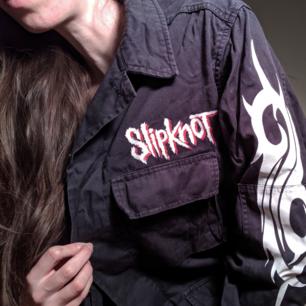 Grymmaste Slipknot-jackan ⚔️ 4 st fickor med dold knäppning.