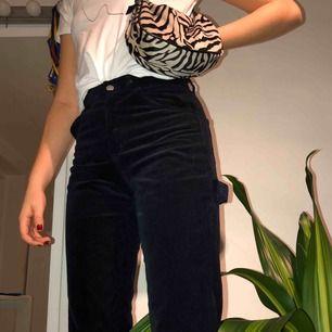 marinblå manchesterbyxor från Brandy Melville i snickarmodell. köpta i New York förra hösten för 50-60 dollar. strl small, motsvarar kanske en 25/26? slutar ovanför mina anklar och jag är 172cm lång  !!köparen står för frakt!!