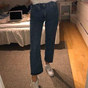 """jeans från weekday i modellen """"voyage"""". säljes pga fel storlek, detta är L28, och jag har vanligtvis L32, men de funkar ändå, men ser inte ut som modellen är tänkt hihi nypris: 500sek    !!köparen står för frakt!!"""