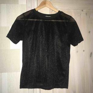 Fin svart glittertröja använd en gång. Lätt genomskinlig. Strl xs passar s.