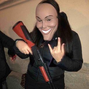 Bild på min kompis, tog inga bilder på mig själv ):  Säljer gevär och the purge mask 🥵