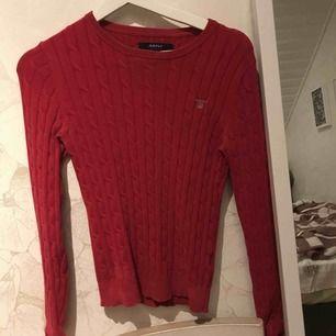 säljer nu mina fina gant kabelstickade tröjor! 2-3 gånger använda, max! Så i väldigt fint skick! Den marine blå är i storlek S & den röda i XS, säljer båda för 1000! (Ny pris 1299kr styck)