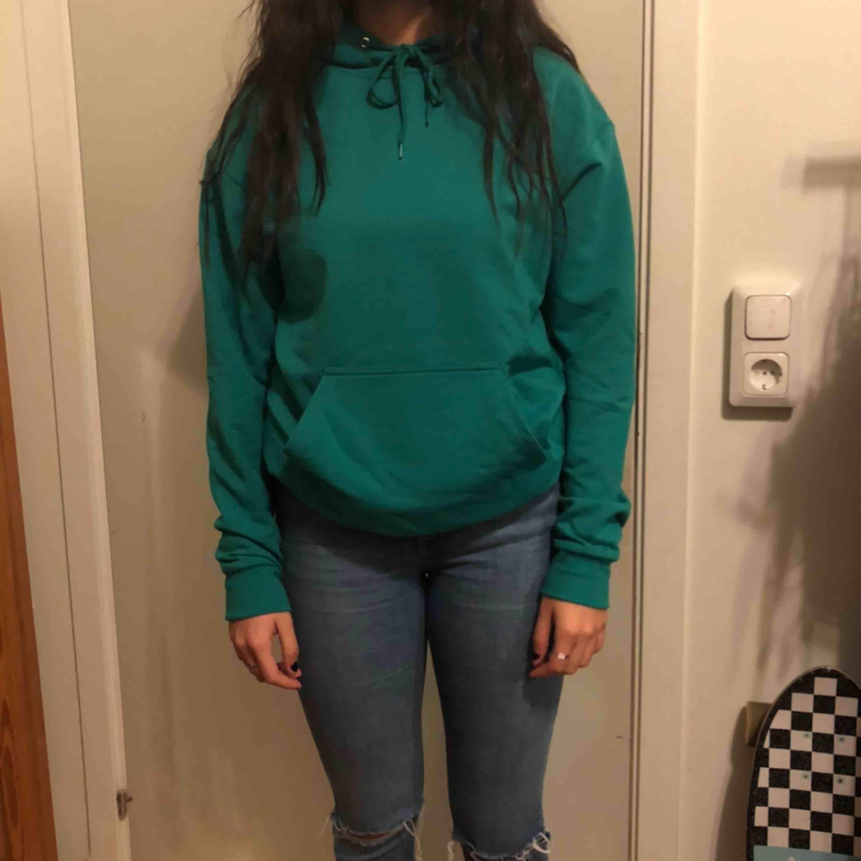 Turkos-grön hoodie från Carlings. Strl XS men passar också S. väldigt skönt material och knappt använd! . Huvtröjor & Träningströjor.