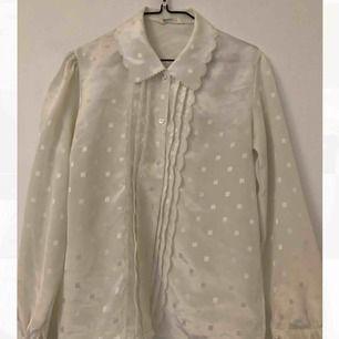 Storlek står ej men skulle uppskatta en XS. Söt vintage blus som inte behöver strykas.