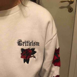 ball vit sweatshirt med rosor längs armen, även en liten text i bak vid nacken. passar till allt och är extremt skön inuti! knappt använd :D