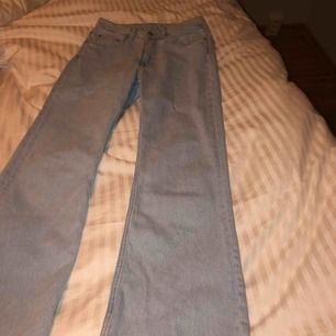 Dessa sjukt snygga jeans är helt oanvända! Köpte dessa från weekday för ungefär 3-4 månader sedan. Säljer dessa eftersom dom är i helt fel storlek! Ordinarie pris är 500 kr och jeansen mile.