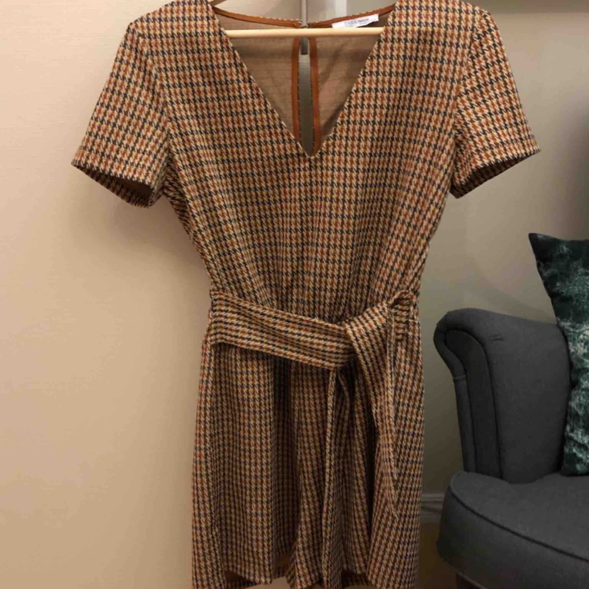 Supersnygg jumpsuit från Zara i toppenskick! 🥰 Fraktkostnad tillkommer. Klänningar.