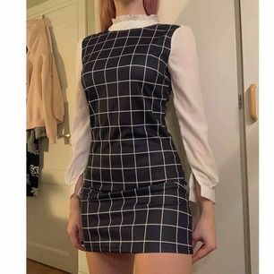 Superfin checkered mörkblå klänning, aldrig använd!