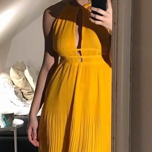 Gul klänning från HM. Jag är vanligtvis en M/L och klänningen sitter bra överlag, lite stor över bysten. Gott skick. Köpare står för frakt 💞