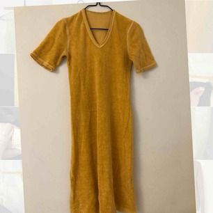 Fin frotté klänning som är somrigt orange. Den är stretchig, men jag skulle gissa på en s eller m. Strl står ej. Möts i Stockholm annars står köparen för frakten:)